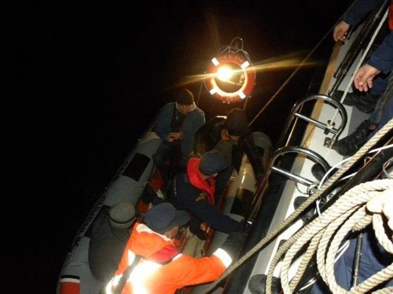 Kadıköyde teknede mahsur kalan 17 kişi kurtarıldı
