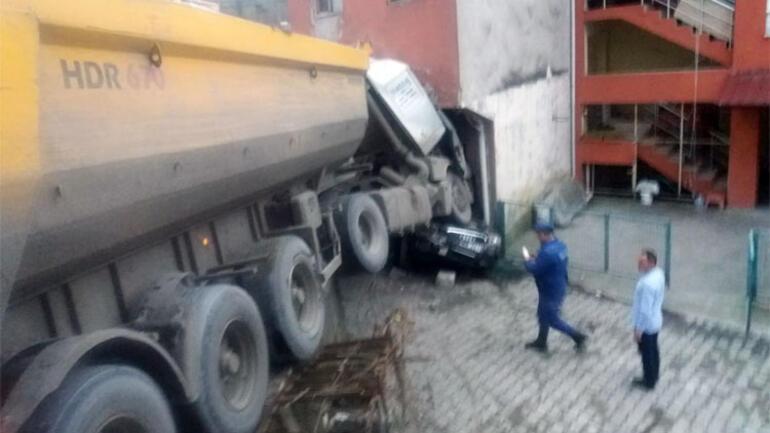 Zonguldakta freni boşalan TIR, ortalığı savaş alanına çevirdi