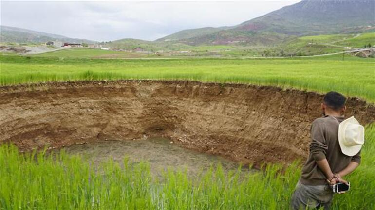 Siirtte buğday tarlasında 40 metre çapında obruk oluştu