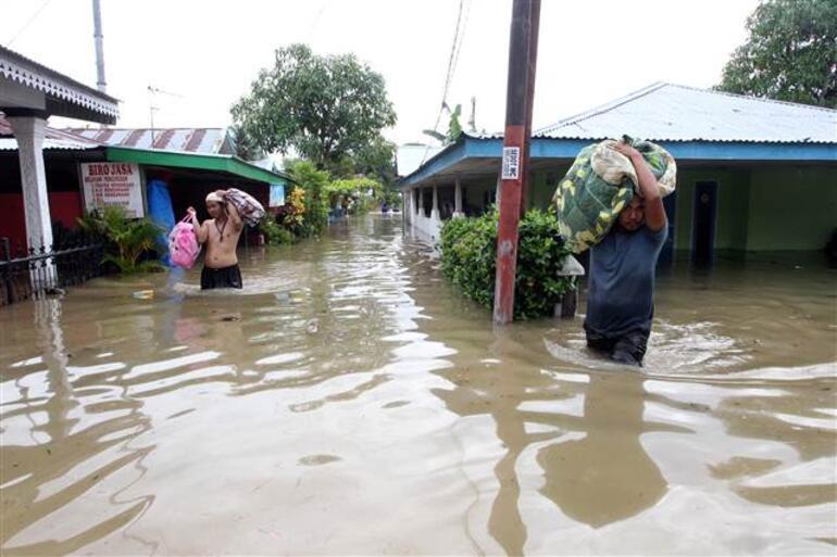 Endonezyada sel ve toprak kayması: 12 ölü