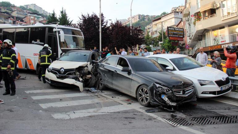 Yasak olan yola girdi dehşet saçtı Hurdaya dönen araçlardan çıkan sürücüler şoka girdi