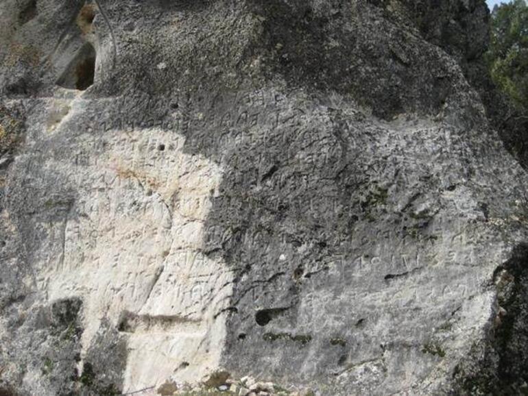Bolu'da 2 bin yıllık Frig Kaya Kitabesi'ni parça parça çalmışlar