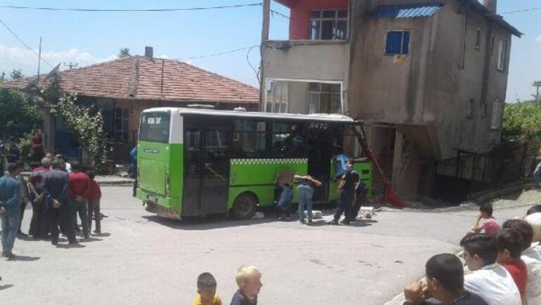 Halk otobüsü binaya çarptı, sürücü ağır yaralı