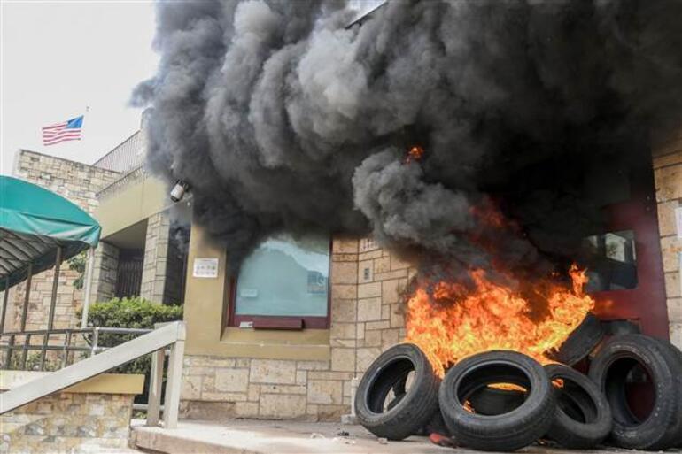 Honduras karıştı ABD Büyükelçiliğinin kapısını ateşe verdiler