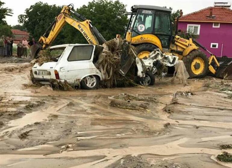 Sel sularında sürüklenen otomobil dereye düştü