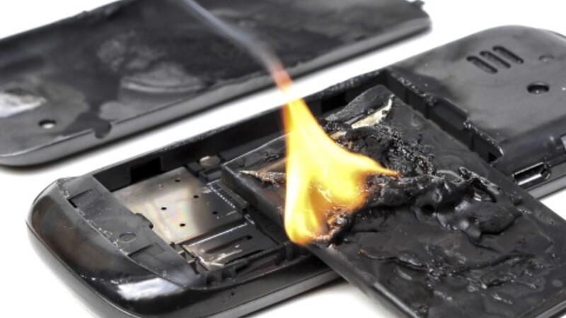 Uçakta cep telefonu yandı