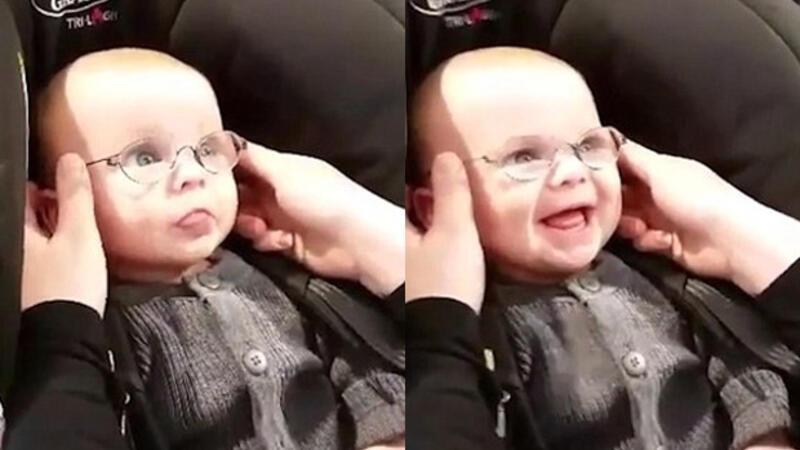 Bebeğin gözlük sevinci