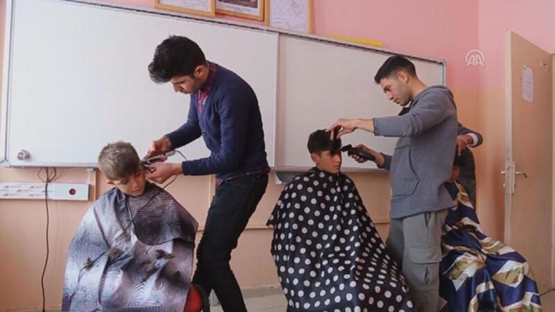 Gönüllü berberler köy çocuklarını tıraş ediyor