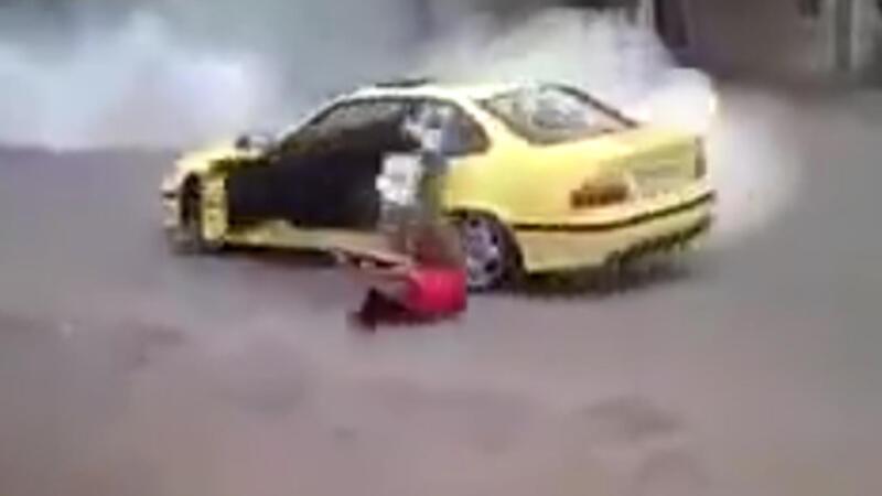 Drift yaparken aracından düştü