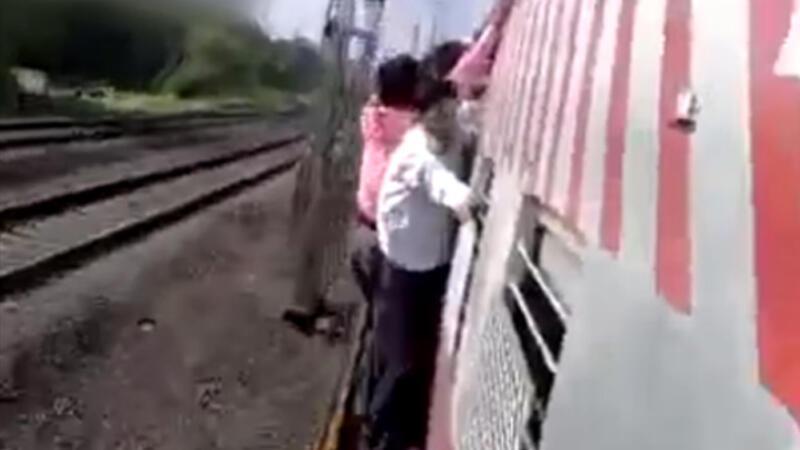 Hindistan'da yaşanan akıl almaz tren kazası kameralara böyle yansıdı