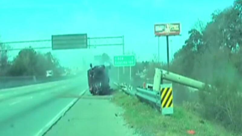 Otomobil direği devirip yan döndü: 2 yaralı