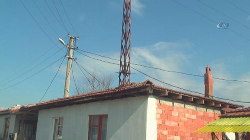 Evin ortasından geçen direk isyan ettirdi