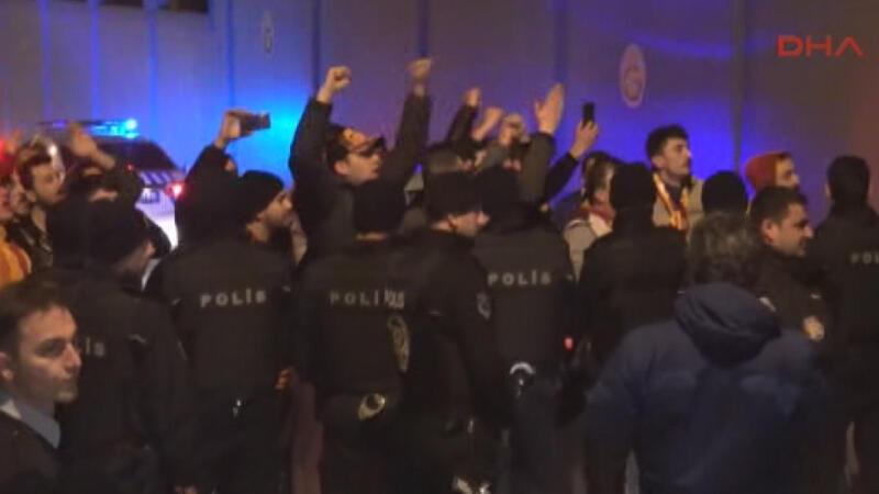 Florya'da Galatasaray'a protestolu karşılama