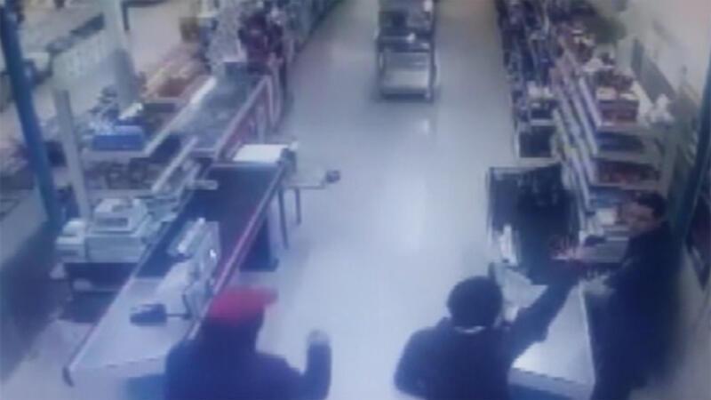 Silahlı market soygunu kamerada