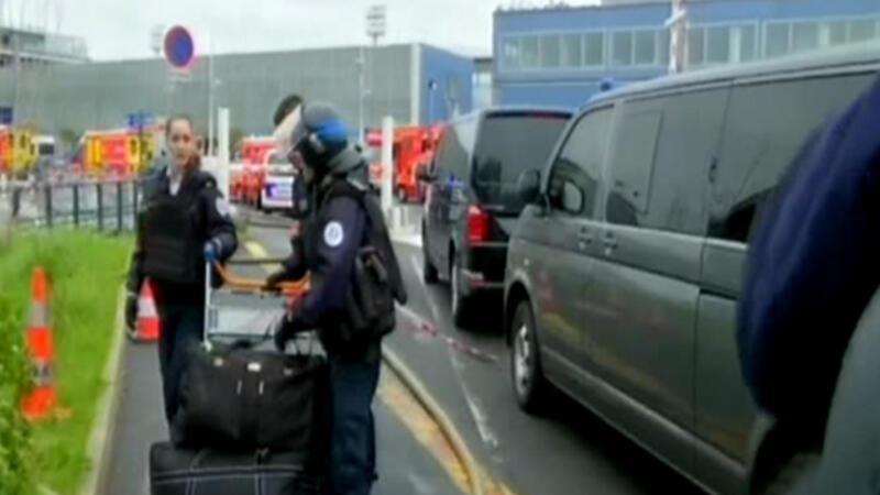 Paris'teki havaalanında silah sesleri