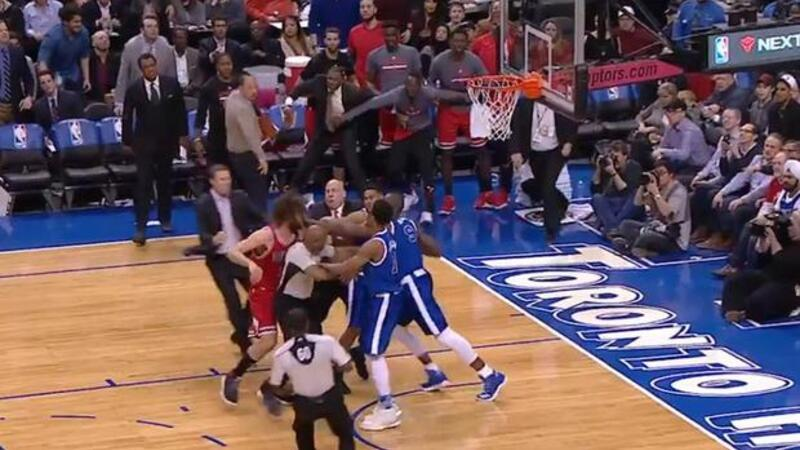 Bulls-Raptors maçında kavga