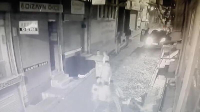 Fatih'te iki grup arasındaki silahlı kavga kamerada