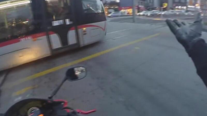 Motosikletle tramvaya kafa tuttu! 'Ben senin önüne kırıyor muyum'