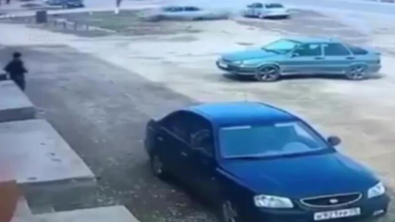 Otomobil taklalar attı: Sürücü camdan fırladı