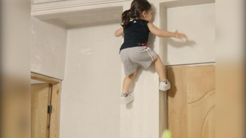 Düz duvara tırmanan örümcek çocuk!