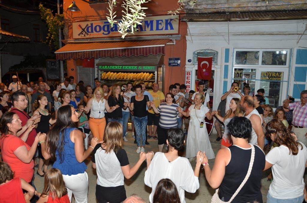 Foça Çarşısı'nda müzik akşamı