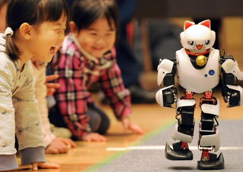 Hayalimdeki robot' 81 ilde çocuklarla kucaklaşıyor