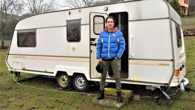 Ünlü şarkıcı Kıraç'ın ailesiyle karavanda yaşadığı ortaya çıktı