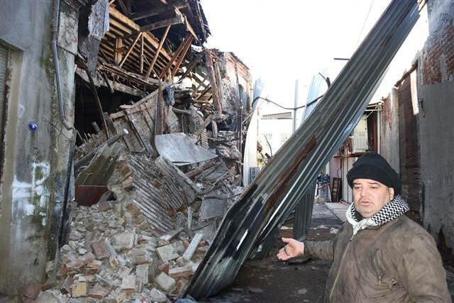 İzmir'de 150 yıllık bina çöktü