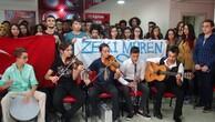 Öğrencilerden müzikli protesto