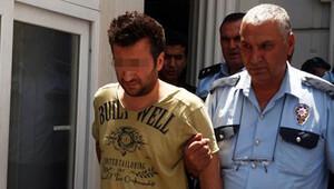Teşhircilikle suçlanan polis, evini basan 3 kişiyi yaraladı