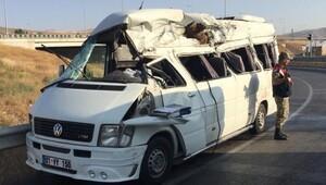 Sivas'ta minibüs devrildi: 3 ölü, 14 yaralı