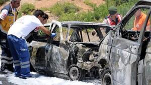Kazada alev alan otomobilde 3 kişi yanarak öldü