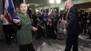 Ellerini kavuşturdu Clinton'ı bekledi, bekledi...