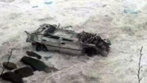 Sarp'ta dev dalgalar araçları yuttu