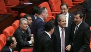 Baykal'la konuşurken CHP'liler tepki gösterdi