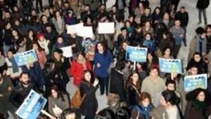 MSÜ'de öğrenciler rektörün kapısına dayandı