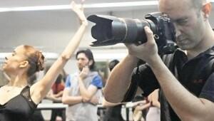 Ayağında bale pabucu elinde fotoğraf makinesi