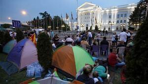 Makedonya'da hükümeti protesto eden 100 bin kişi sokaklara döküldü