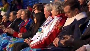 Medvedev açılış töreninde fena yakalandı