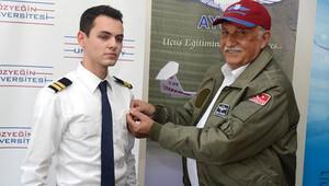 İşadamı Hüsnü Özyeğin, pilotluğa ilk adımını atan öğrencilere bröve taktı
