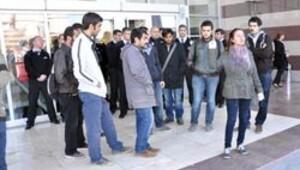 Üniversitelilerce protesto edilen Vali arka kapıdan çıktı