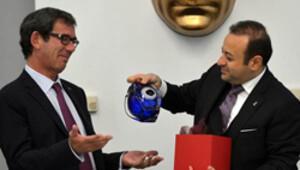 Bakan Bağış'tan hediye nazar boncuklu vazo