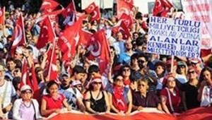 İzmir'de coşkulu bayrak mitingi