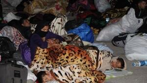 Kapıkule Sınır Kapısı yolu kenarındaki bekleyen Ezidiler, otobüslerle kamplarına gönderildi