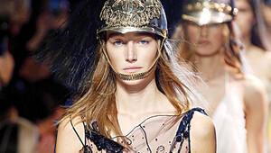 Paris Hazır Giyim Moda Haftası'nda ilkbahar-yaz koleksiyonu tanıtıldı