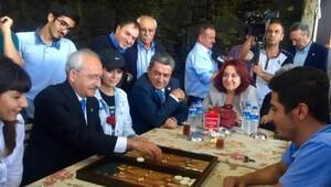 Kemal Kılıçdaroğlu gençlerle tavla oynadı