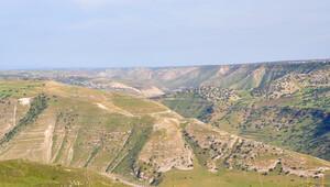 İsrail vatandaşı Arap bir genç Golan Tepeleri'ni paraşütle aşarak Suriye'ye geçti