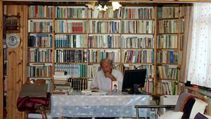 Köy evini 20 bin kitaplı kütüphaneye çevirdi