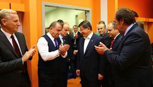 Başbakan Davutoğlu soyunma odasına indi oyuncuları ziyaret etti