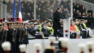 Paris'teki saldırılarda ölenler için anma töreni